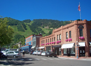 Downtown_Aspen,_CO,_with_view_to_ski_slopes